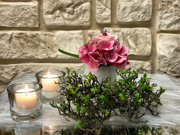 Tischgesteck Nr.45 Tischdeko Glasgefäß mit rosa Hortensie und rosa Rose mit Deko