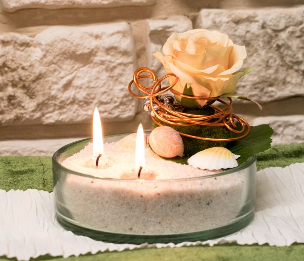Blumengesteck mit Kerzensand bei Hiko-Dekoshop beach