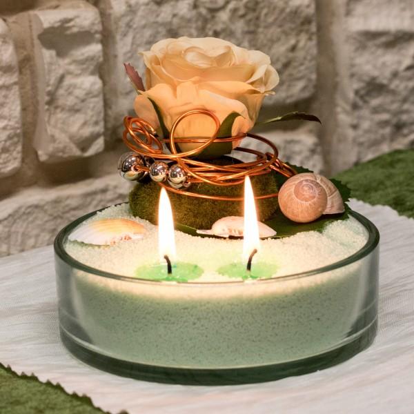 Kerzensand mit Gesteck Nr. 9 hellgrün  Rose apricot mit Drahtwicklung orange Muscheln Kugeln