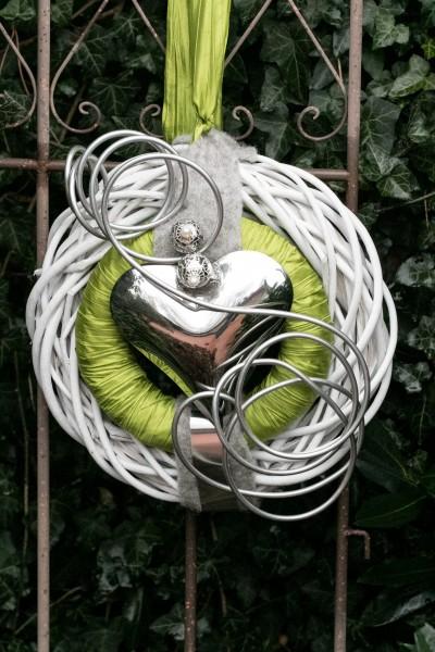 Türkranz Nr.45 Wandkranz 30 cm weiß mit grünem Band und silber Herz dicken Draht