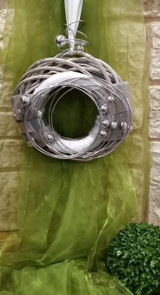 Wandkranz in grau / silber mit grauem Filz und moderner Drahtwicklung