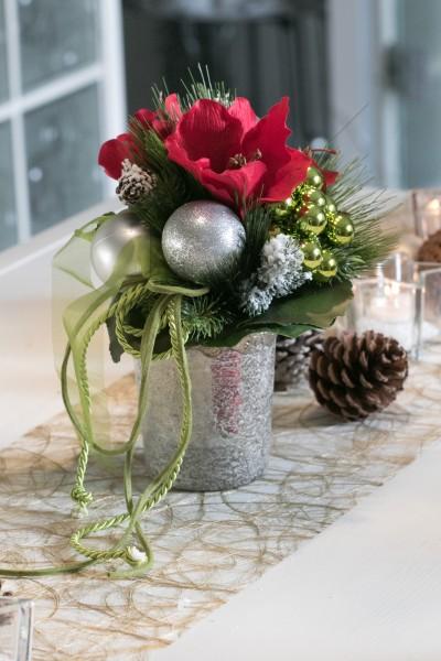 Weihnachtsstrauß Nr.14 bei Hiko-Dekoshop mit roter Amarillis, grüne Kugeln, silber Weihnachtskugeln und grünem Band