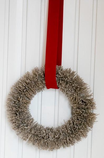 Weihnachtskranz Glam gold mit rotem Seidenband -Winterzeit
