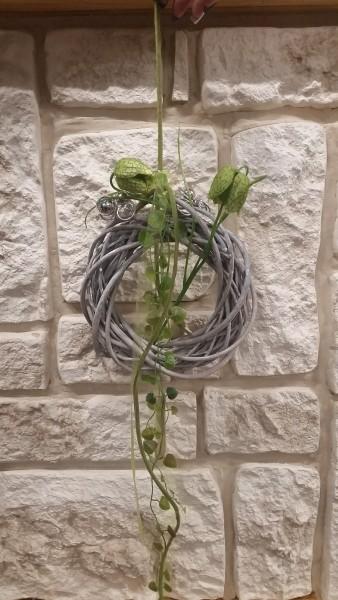 Wandkranz 20 cm mit Schachbrettblumen und Bändern