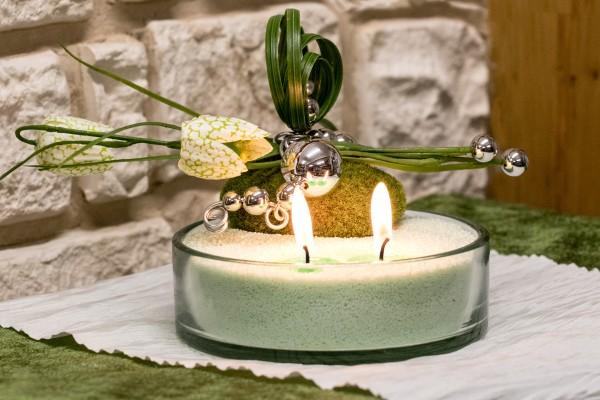 Glasschale mit Blumendekoration mit Kerzensand hellgrün Schachbrettblume Moospucker
