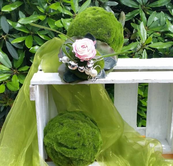 Blumenstrauß Nr.8 Strauss mit rosa Rose Moospucker und silber Schmuckdraht auf weisser Holzkiste
