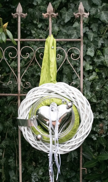 Türkranz Nr.46 Wandkranz 30 cm weiß mit grünem Band und Metallherz