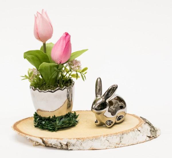 Tischgesteck Nr. 60 Tulpe pink im Silber Ei auf Birkenscheibe mit Hase silber bei Hiko-Dekoshop