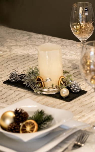 Adventsgesteck, LED Kerze auf Schieferplatte mit Winterdeko, Wintergesteck bei HIKO Eventdeko