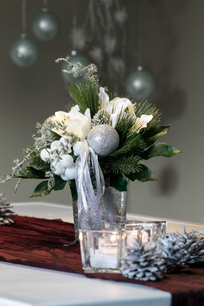 Weihnachtsstrauß Nr. 9 - mit weißer Amarillis - Silberkugeln, weiße Kugeln, Bänder