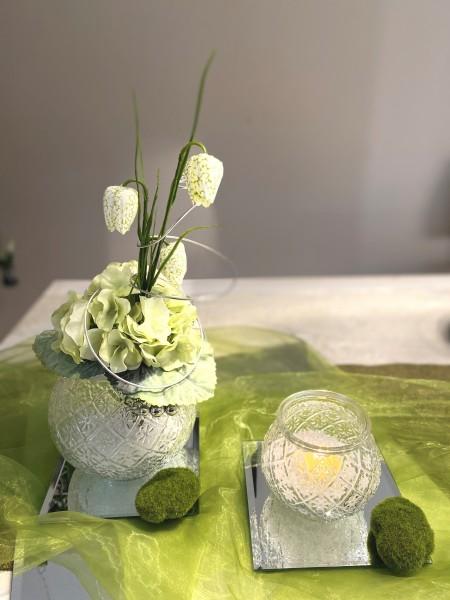 2 Vasen mit Hortensie und Teelicht