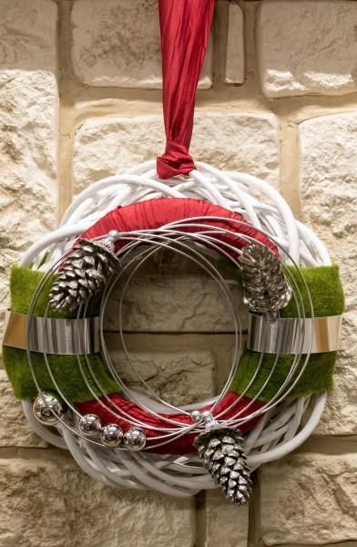 Türkranz Nr.25  Winterkranz Wandkranz 30 cm weiß mit silber Zapfen rotem Band und grünem Filz