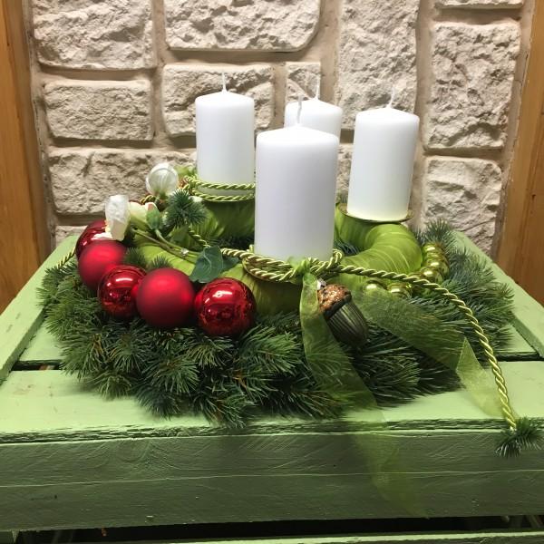 Adventskranz Nr.14 Tannenkranz 42 cm Ø mit weiße Kerzen mehrjährig Weihnachtsgesteck seitlich