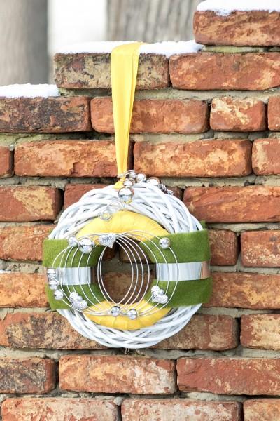 Türkranz Nr. 44 bei Hiko-Dekoshop im Frühlinghaftem Flair. Grün-Gelb mit Drahtwicklung