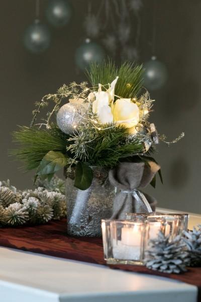 Weihnachtsstrauss Silber, beleuchtet und Lichterkettensäckchen bei Hiko-Dekoshop