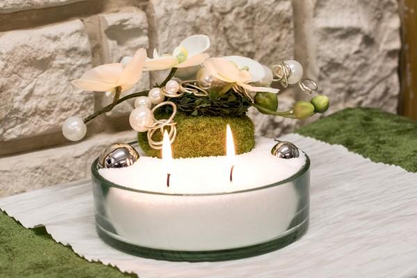 Glasschale mit Blumendekoration mit Kerzensand weiss mit Orchidee und Moospucker
