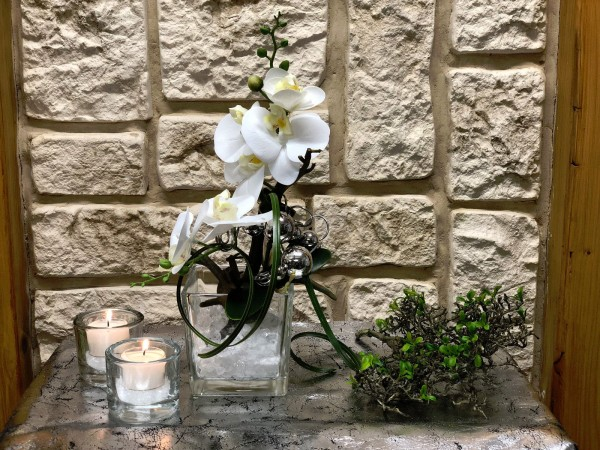 Tischgesteck Tischdeko Nr. 25 Glaswürfel mit Orchidee / Phalaenopsis und Silberdraht
