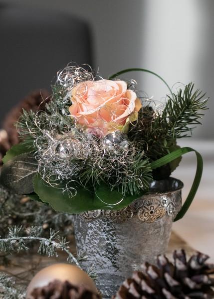 Weihnachtsstrauß Nr. 4 bei Hiko-Dekoshop, winterlicher kleiner Blumenstrauß mit lachsfarbene Rose