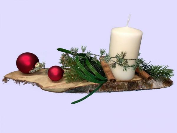 Adventsgesteck Nr.29 Birkenscheibe mit creme Kerze und roten Kugeln