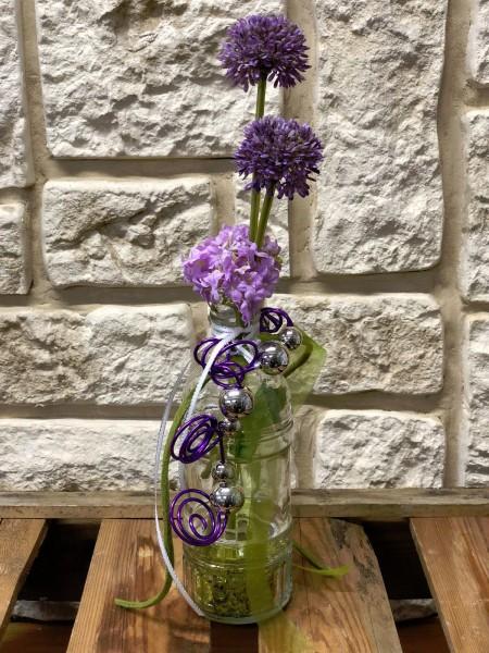 Tischgesteck Tischdeko Glasvase Mit Lila Allium Und Draht Hiko