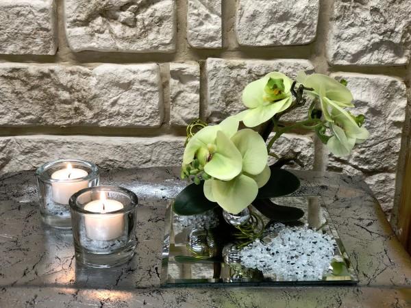 Tischgesteck Tischdeko Nr. 31 Spiegelteller mit grüner Orchidee / Phalaenopsis und Draht