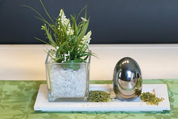 Tischgesteck Nr.93 Tablett weiß Holz, mit Traubenhyazinthen und Keramik Ei Silber Ostern, Frühling