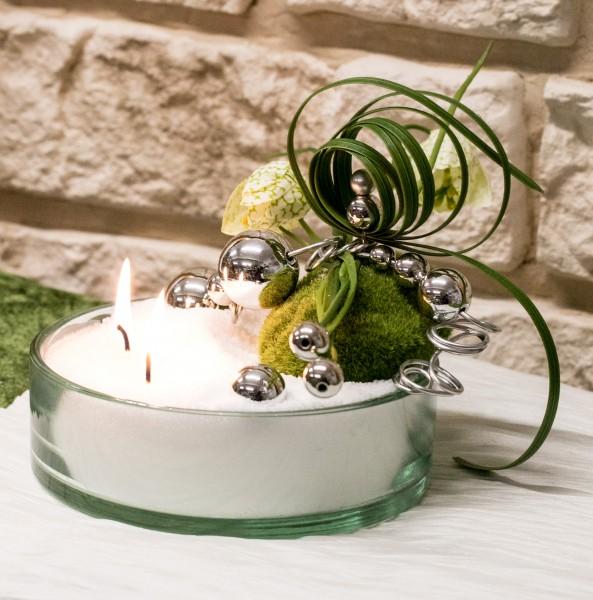 Tischdeko Glasschale mit Blumendekoration mit Kerzensand, Schachbrettblume, Liliegras, Drahtwicklung mit Silberkugeln