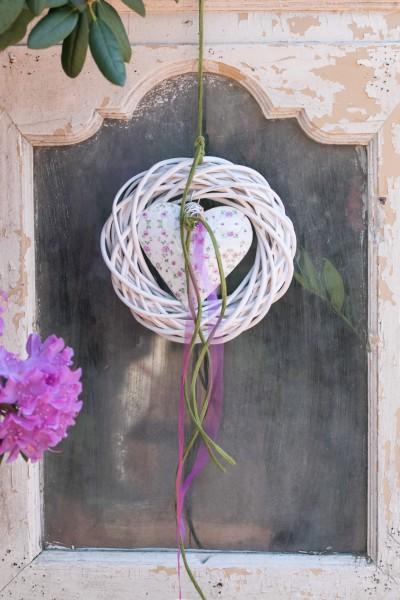 Wandkranz Nr.59 Türkranz weiss 20 cm mit Metallherz, Blumenmuster und Bändern modern Türdeko