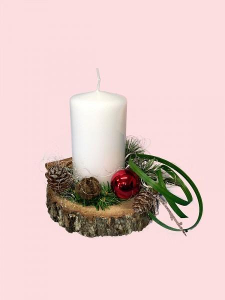 Adventsgesteck Nr.21 Baumscheibe mit weißer Kerze und Zimtstangen