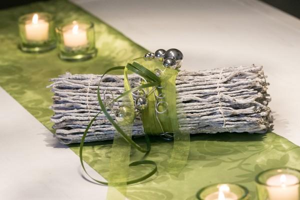 Tischdekoration Nr. 70 gebleichte Binsenwicklung mit apfelgrün und Drahtwicklung