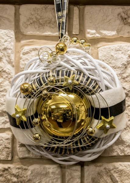 Türkranz Nr22 Winterkranz Wandkranz 30 Cm Weiß Mit Goldener Kugel Sterne Und Draht