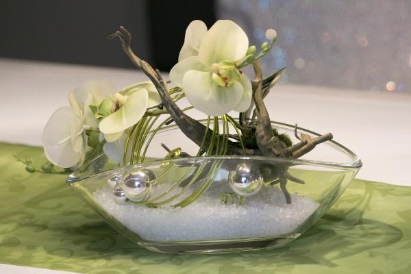 Schiffchen-Glasschale mit Orchidee und Kugeln