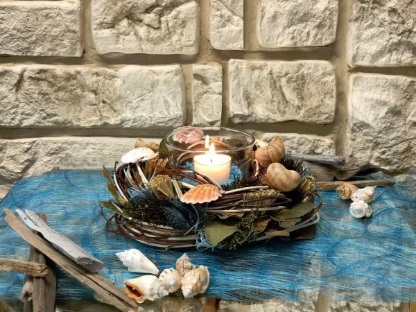 Tischgesteck Nr.42 a Kranz mit Muscheln und Teelicht türkis Sommer
