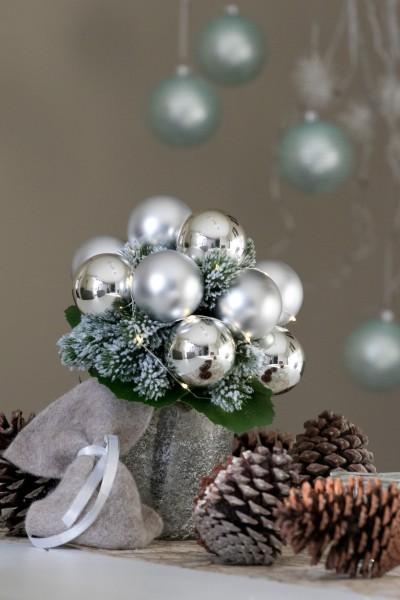 Weihnachtsstrauss Silber, mit Lichterkette und Weihnachtskugeln bei Hiko-Dekoshop