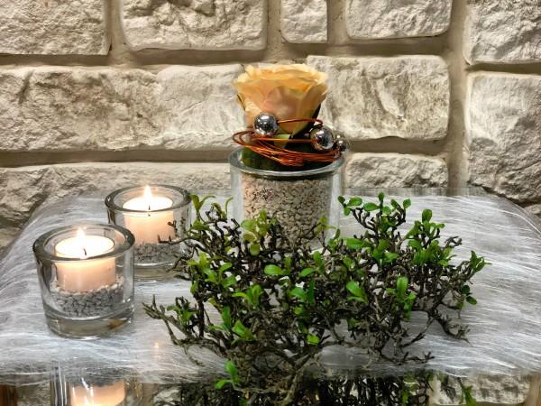 Tischgesteck Nr.47 Tischdeko Glasgefäß mit apricot Rose und Drahtschmuck in orange