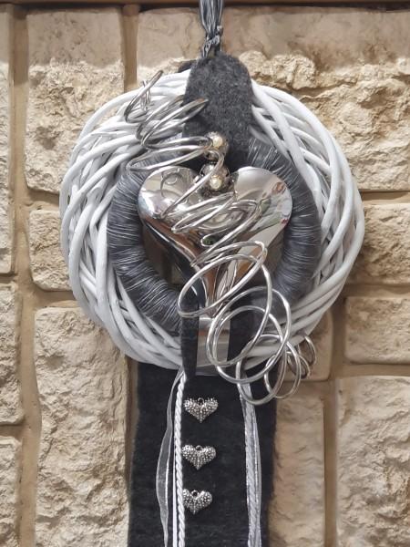 Detailansicht Wandkranz weiß mit grauem Band und silber Herz bei Hiko-Dekoshop