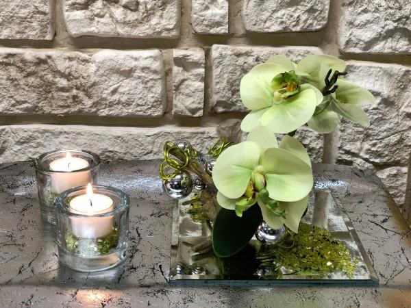 Tischgesteck Tischdeko Nr. 32 Spiegelteller mit grüner Orchidee / Phalaenopsis und grünem Draht