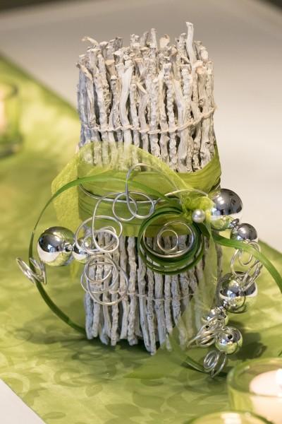 Binsenwicklung apfelgrün, mit Silberkugeln. Auch als Geldgeschenk eine schöne Idee